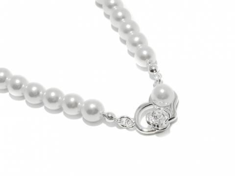 Bilde av 90136 Kort halssmykke med hvite perler og hjerte