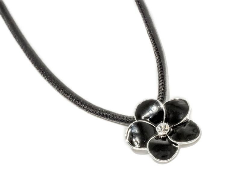 90142 Kort halssmykke sort skinnsnor med sort emalje blomst