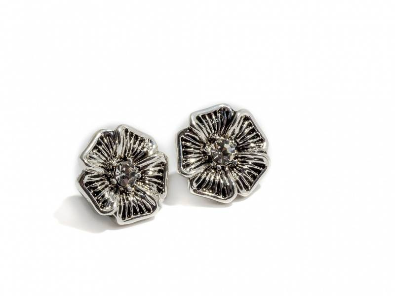 70108 Øredobber logoblomst sølvfarget med sorte detaljer og blan