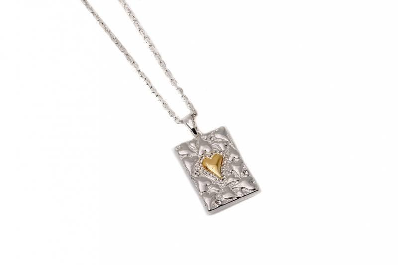 10727 Halvlangt smykke sølvfarget, kvadrat med Hjertemønster
