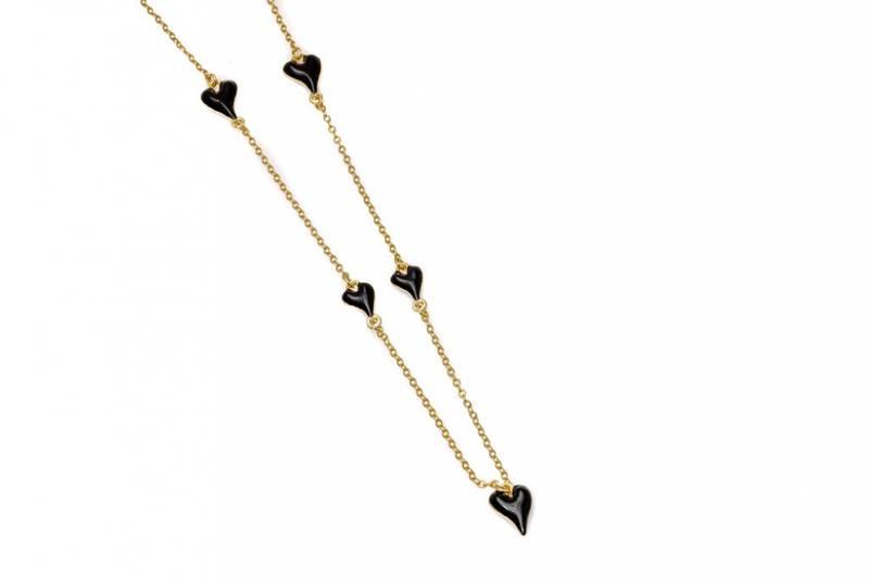 10731 Halvlangt gullfarget kjede med små sorte emalje hjerter