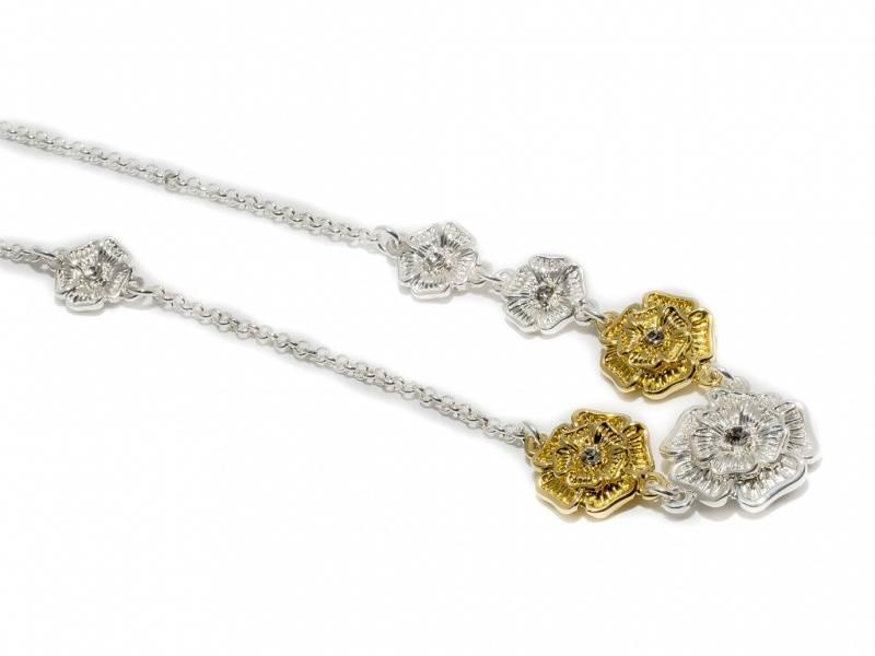 90115 Kort halssmykke med blomster i sølv og gullfarge